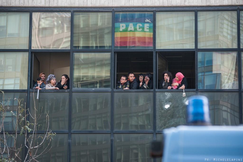 Bologna, 20 ottobre 2015: le famiglie resistono all'interno dell'edificio mentre la Celere si prepara all'irruzione.