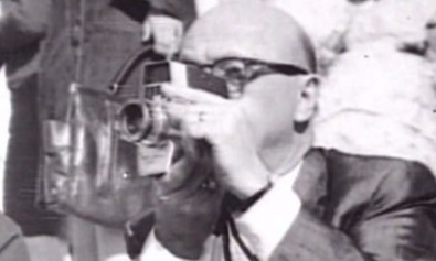 Abraham Zapruder mentre filma l'assassinio di J.F. Kennedy